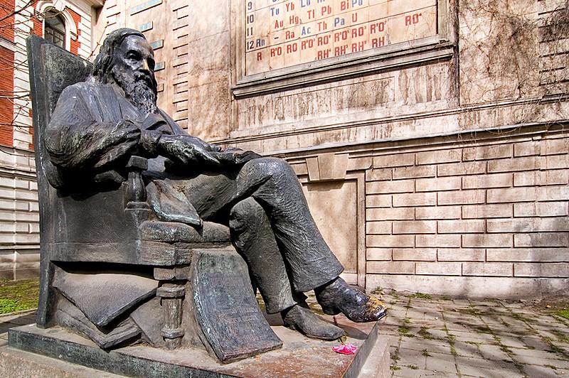 monument-to-dmitriy-mendeleev-in-st-petersburg.jpg